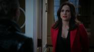 5x05 Regina Mills demeure manoir maison porche discussion nuit soir Emma Swan Cygne Noir Ténébreuse