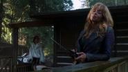 4x15 Ursula écoute musique dehors devant cabane intervention Cruella