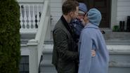 6x22 David Blanche bonheur embrasse Neal Nolan devant la maison bottes
