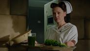 5x06 infirmière Ratched plateau repas Zelena produits locaux verts asile hôpital service psychiatrique chambre cellule
