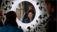 4x07 Elsa Belle French Killian Jones David Nolan miroir reflet découverte mensonge complot manipulation Reine des Glaces tour de l'horloge