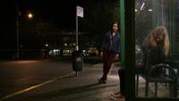 4x19 Emma Swan Lily Page station autobus poubelle banc lampadaire sac à dos