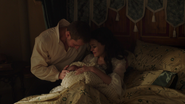 1x01 naissance Emma couverture Blanche-Neige Prince David Charmant
