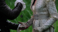 2x03 Prince David Blanche-Neige médaillon de Ruth mains