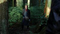 1x07 Forêt Storybrooke M. Gold jardinage croise Graham shérif recherche loup