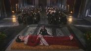 2x15 Reine Eva Blanche-Neige sujets mort cérémonie funèbre à genoux agenouillés