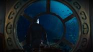6x06 Killian Jones Capitaine Crochet dos fenêtre hublot vue extérieure sous-marine Nautilus poissons