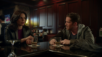 4x20 New York Regina discute Robin des Bois bar situation