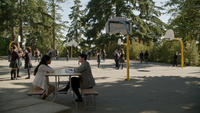6x04 Jasmine Mary Margaret cour de récréation discussion tables bancs élèves panier de basketball sapin