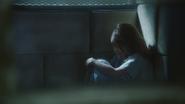 1x12 Belle French assise profil cellule chambre sous-sol hôpital service asile psychiatrique vue vasistas