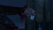 1x10 Rumplestiltskin donne la potion à Blanche-Neige