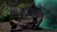 5x09 chaumière de la Sorcière de DunBroch chaudron turquoise fumée louve Ruby Mulan couchée