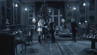 2x12 Gerhardt Dr Docteur Victor Alphonse Frankenstein salon manoir réunion fête famille familiale arbre sapin de Noël célébration réveillon soirée nuit cadeaux domestique