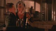 5x15 David Nolan Cruella d'Enfer sourire suggestion suggestif proposition coupes verres à pied d'alcool bouteille de champagne idée sexy paire de menottes main