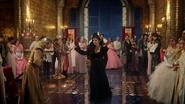 3x21 Reine Regina départ salle bal fete Midas révérence