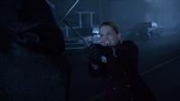 6x11 Emma Swan Gideon encapuchonné dos épées rue principale bataille affrontement
