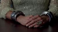 4x07 Ingrid menottes magiques poste de police interrogatoire bague imposante table