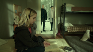 6x17 Emma Swan jeune enfant regard porte magique parents Mary Margaret Blanchard David Nolan