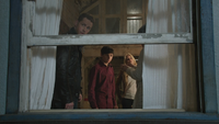 4x02 famille Charmant David Nolan Henry Mills Emma Swan Mary Margaret Blanchard appartement fenêtre corbeau message