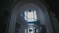 4x18 maison manoir demeure de Madeline Cruella d'Enfer pièce escalier blanche