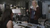 4x12 Regina Mills Emma Swan bouteilles mairie de Storybrooke