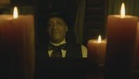 D1x01 Tall Man Holyoke visage piano bougies