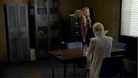 4x07 Emma Swan Ingrid Reine des Glaces poste de police interrogatoire destabilisation parent sauveuse