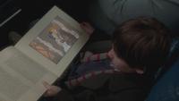 1x01 Henry Mills bus trajet Boston lecture livre de contes magique page mariage Blanche-Neige Prince David Charmant