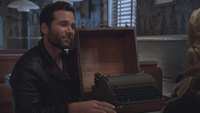 1x10 August Wayne Booth auteur écrivain machine à écrire sourire