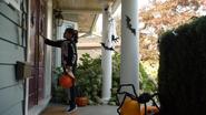 7x04 Lucy déguisement costume de squelette décorations Halloween porche main toque frappe cogne porte d'entrée tournée des maisons panier citrouille chasse aux bonbons friandises