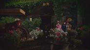 1x04 belles demi-sœurs belle-mère marâtre porte seuil maison fontaine jardin fleurs carrosse calèche attente départ bal royal princier prince