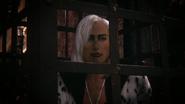 7x21 Cruella d'Enfer Uchronie jure cage prisonnière se venger cheveux blancs sans encre regard sourcils écroché vif