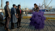 6x02 Méchante Reine Sérum téléportations fumée violette mains levées port mi chemin Blanche Henry Regina David face bye
