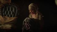 6x03 Cendrillon Ella robe mère rose brûlée cendres souillon haillons