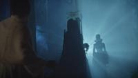 6x07 Mary Margaret Blanchard dos Méchante Reine silhouette tronc souche d'arbre lueur lumière nuit forêt de Storybrooke