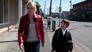 Shot 1x04 Emma und Henry afuf Straße