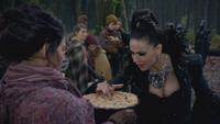 5x12 villageoise paysanne Méchante Reine Regina gâteau d'anniversaire tarte aux baies mûres myrtilles doigt