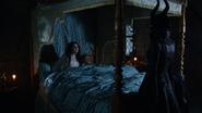 4x13 Blanche-Neige Prince David Charmant Maléfique lit baldaquin chambre palais royal