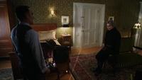 4x18 Isaac Heller Madeline discussion chambre d'hôtel porte entrouverte blanche