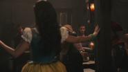 4x15 Ursula jeune humaine chanson Fathoms Below Dans les Profondeurs de l'Océan Killian Jones Capitaine Crochet bar taverne restaurant