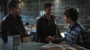 6x02 David Nolan Killian Jones Henry Mills Café Mère-Grand discussion Opération Cobra Partie 2 arrière plan Mary Margaret Blanchard Emma Swan Regina Mills