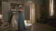 4x01 Anna Elsa Reine des Neiges grenier château Arendelle robe mariée mariage cadeau