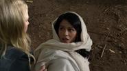 6x05 Shirin Jasmine Emma Swan forêt de Storybrooke sol tombée regard yeux