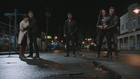 5x01 Mary Margaret Blanchard David Nolan Killian Jones Capitaine Crochet Regina Mills Robin dague du Ténébreux grand-rue principale Storybrooke nuit