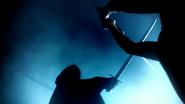 6x01 visions Emma Swan Sauveuse combat épées figure encapuchonnée futur destin
