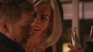 5x15 David Nolan Cruella d'Enfer sourire encouragement boisson verre à pied d'alcool bouteille de champagne