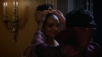 7x12 Tiana couronnement mains Reine Eudora dos