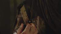 6x11 plume porte-bonheur cadeau mains Regina Mills Robin de Locksley des Bois