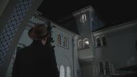 4x18 Isaac Cruella d'Enfer fenêtre maison demeure manoir aide histoire