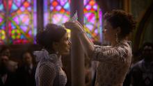 7x22 Gentille Reine Regina Mills Blanche-Neige mains cérémonie diadème tiare couronnement